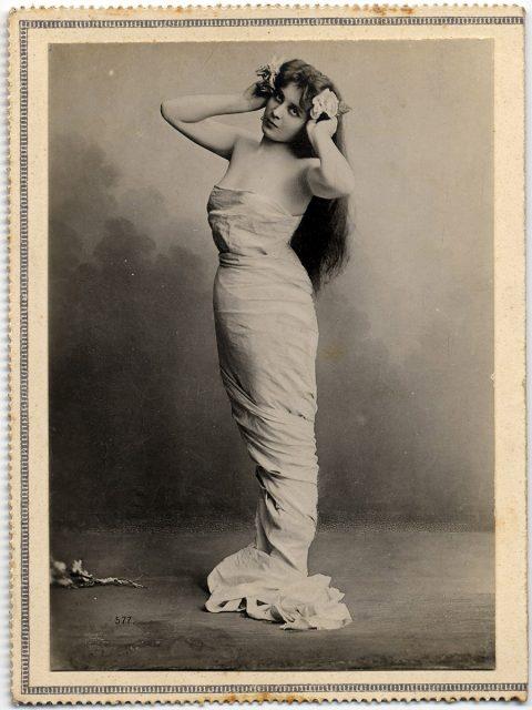Mujer vestida con una sabana.