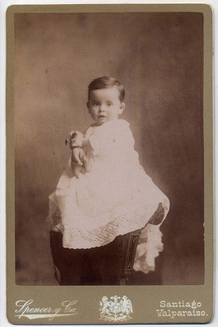 Retrato de un niño con juguete.