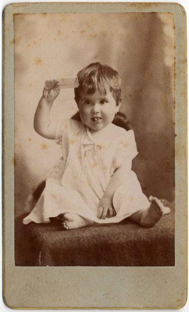 Retrato de una guagua con una peineta.