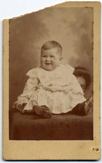 Retrato de una guagua riéndose.