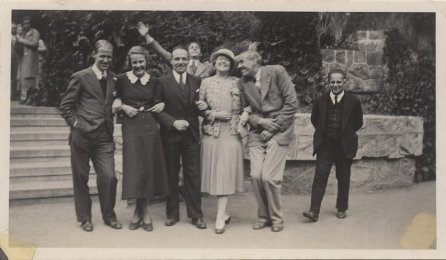 Grupo de personas en celebración.