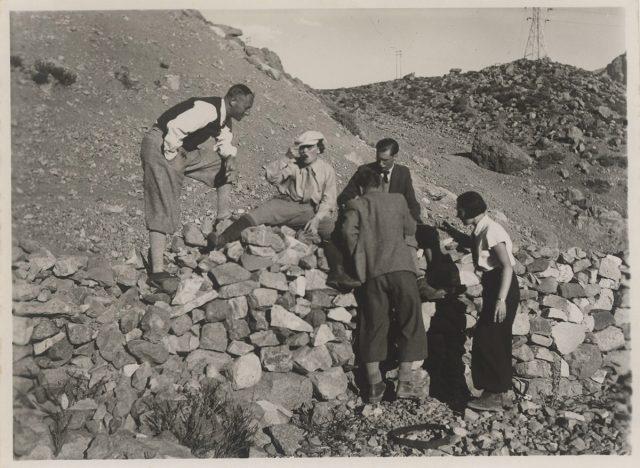 Grupo de personas en las piedras.