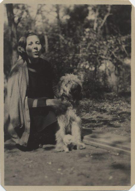 Mujer y un perro