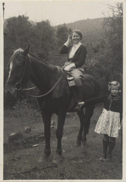 Mujer a caballo, al lado una pequeña niña, Villa Alemana.
