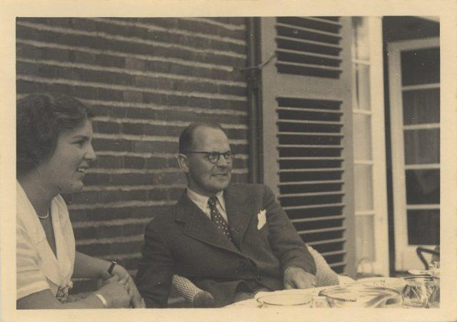 Hombre y mujer sentados alrededor de una mesa