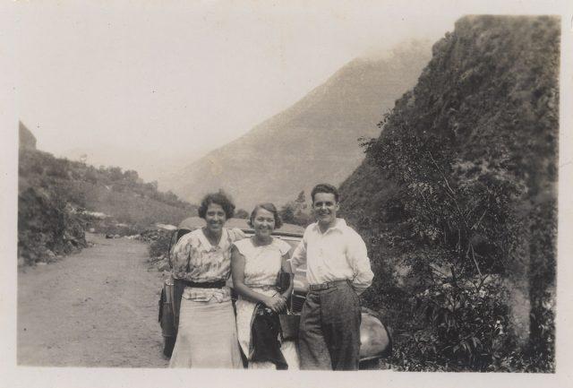 Tres personas en un camino rural.
