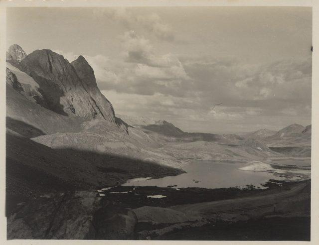 Lago entre las montañas