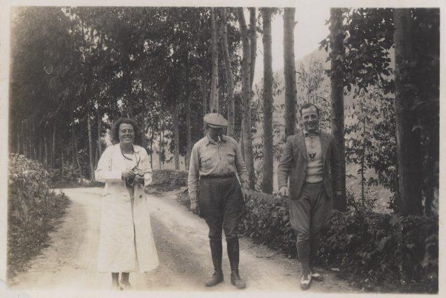 Tres personas yendo por un camino rural