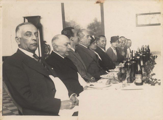 Retrato de grupo en comida formal