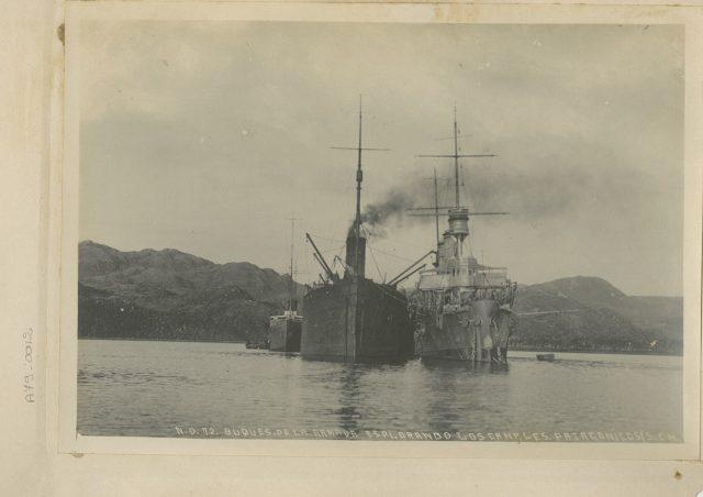 Buques de la Armada explorando los canales patagónicos.