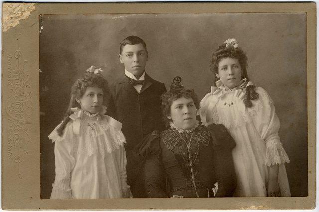 Retrato de Walter, Birdie, Pearlie y su madre.