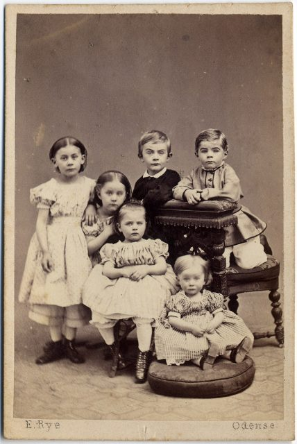 Retrato de seis niños.