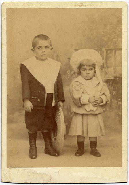 Retrato de un niño y de una niña con trajes marineros.