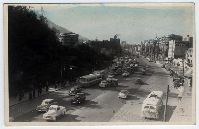 Vista de la Avenida Bernardo O´Higgins junto al Cerro Santa Lucía.