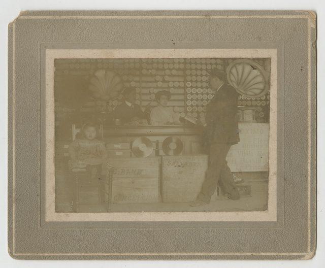 Jorge Toloza Flores y Carmen Rosa Cubillos en tienda de fonógrafos.