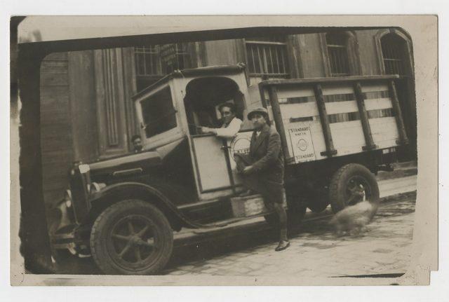 Jorge Toloza Flores conduciendo un camión.