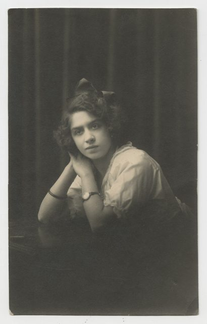 Postal con retrato de Berta Osses.