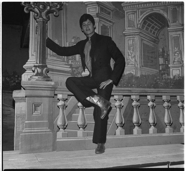 Conferencia Cocinelle sola en teatro poses con Buddy Day, actuando en cartelera