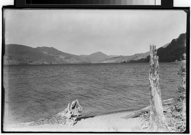 Vista hacia un lago.