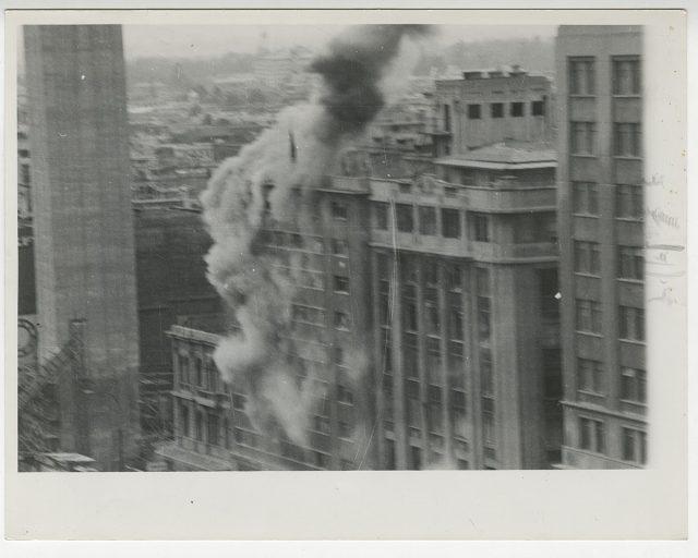 Edificio bombardeado junto a la Torre Entel