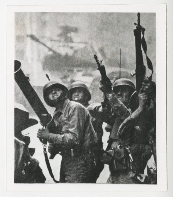 Militares apuntando